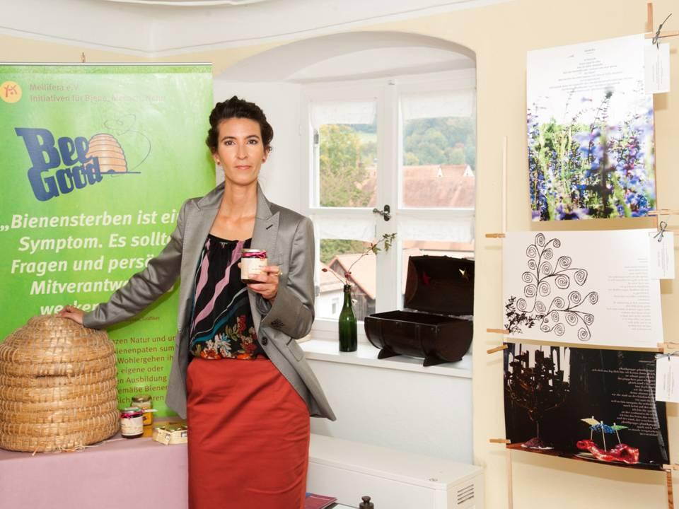 Carmen Blom präsentiert Bienen-Charity für Mellifera e. V.