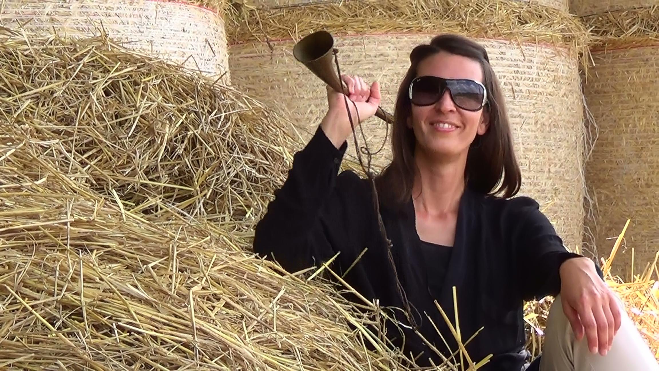 """Die Jägerin im Stroh erklärt den """"Altar der Potenz"""" auf Jägerin Life, ihrem Youtube-Channel."""