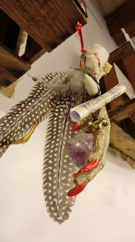 Devotionalien: Getrocknete Hahnenfüße mit rot lackierten Nägeln.