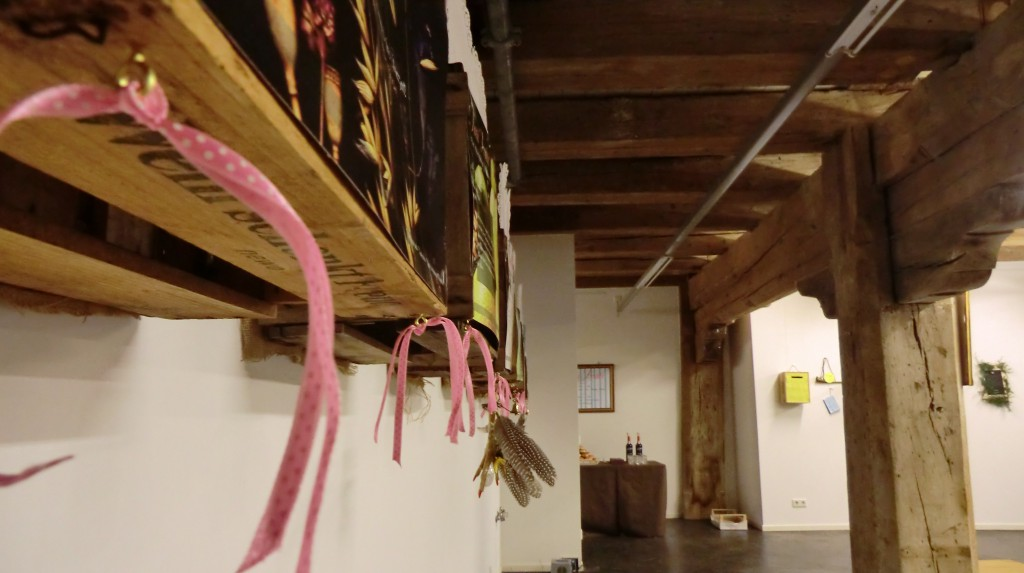 """Installation """"Oberpfälzer Obstladen"""" mit Devotionalien."""
